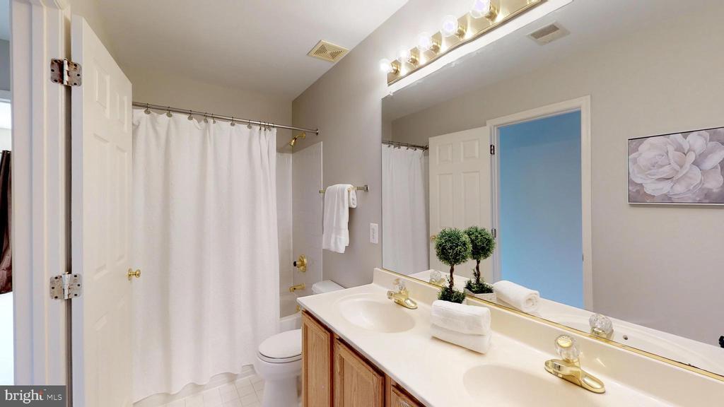 Hall Bath With Double Sinks - 47576 SAULTY DR, POTOMAC FALLS
