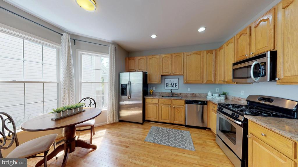 Sunny Kitchen With Stainless Appliances - 47576 SAULTY DR, POTOMAC FALLS