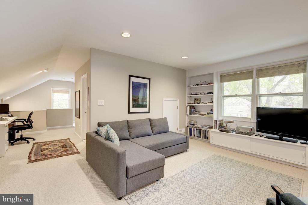 Attic bedroom/entertainment room - 5707 MOHICAN RD, BETHESDA