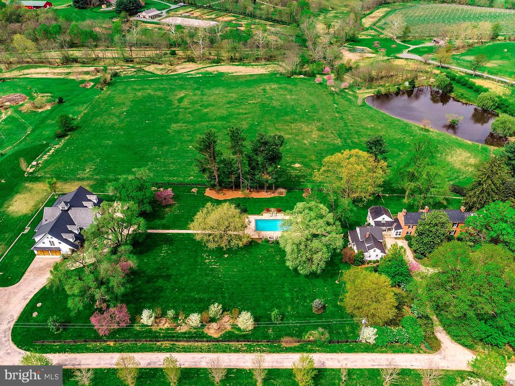 Main residence, Carriage house, pool and Barn - 40041 HEDGELAND LN, WATERFORD