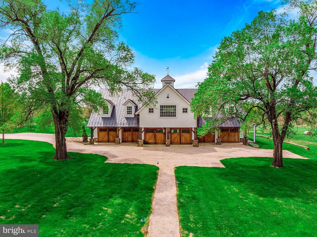 The palatial Barn Building, made for entertaining - 40041 HEDGELAND LN, WATERFORD