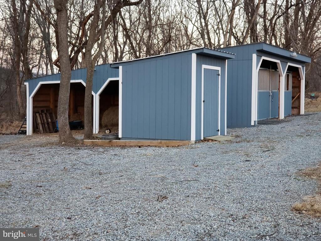 Stalls, equipment and hay storage shed - 18561 YELLOW SCHOOLHOUSE RD, ROUND HILL