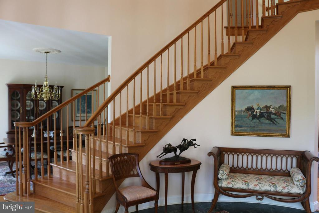 Curved staircase from foyer - 18561 YELLOW SCHOOLHOUSE RD, ROUND HILL