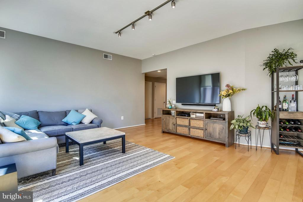 Completely open floor plan. - 3800 LEE HWY #301, ARLINGTON