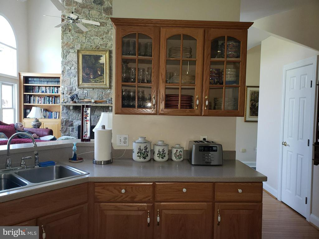 Glass front cabinets - 18561 YELLOW SCHOOLHOUSE RD, ROUND HILL