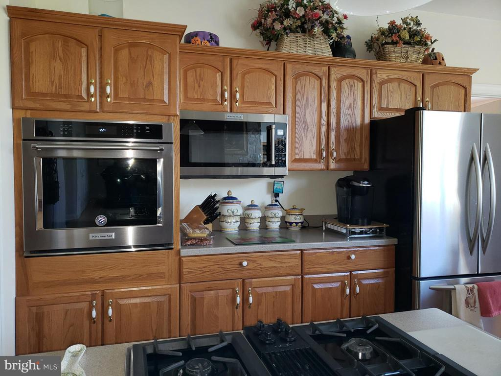New self cleaning convection oven and microwave - 18561 YELLOW SCHOOLHOUSE RD, ROUND HILL