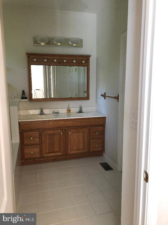 Double vanity in master bath - 1400 LAKEVIEW PKWY, LOCUST GROVE