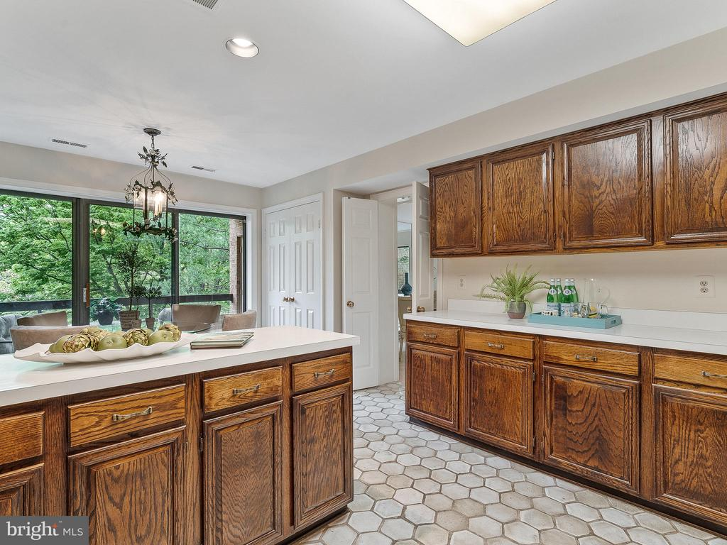 Terrific counter space - 11420 STRAND DR #R-113, NORTH BETHESDA