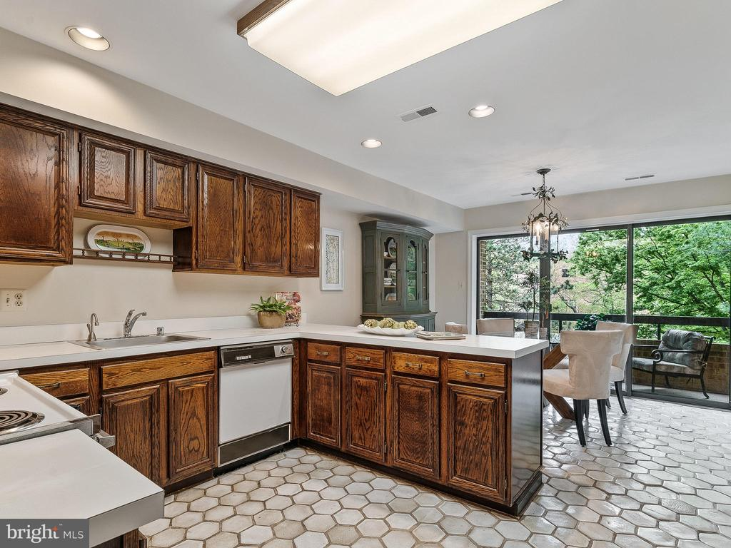 Bright and spacious kitchen - 11420 STRAND DR #R-113, NORTH BETHESDA