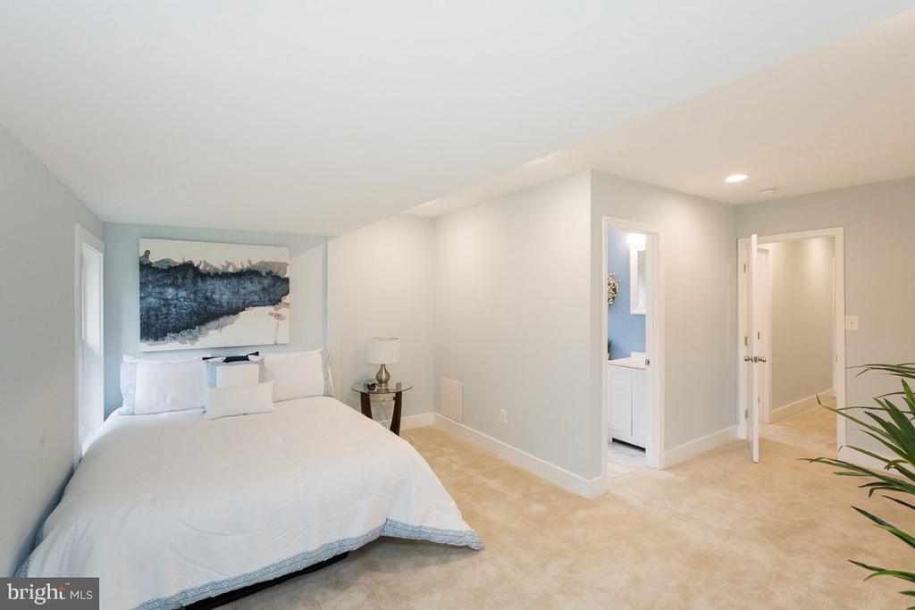 Master bedroom with en-suite bath - 4424 HUNT PL NE, WASHINGTON