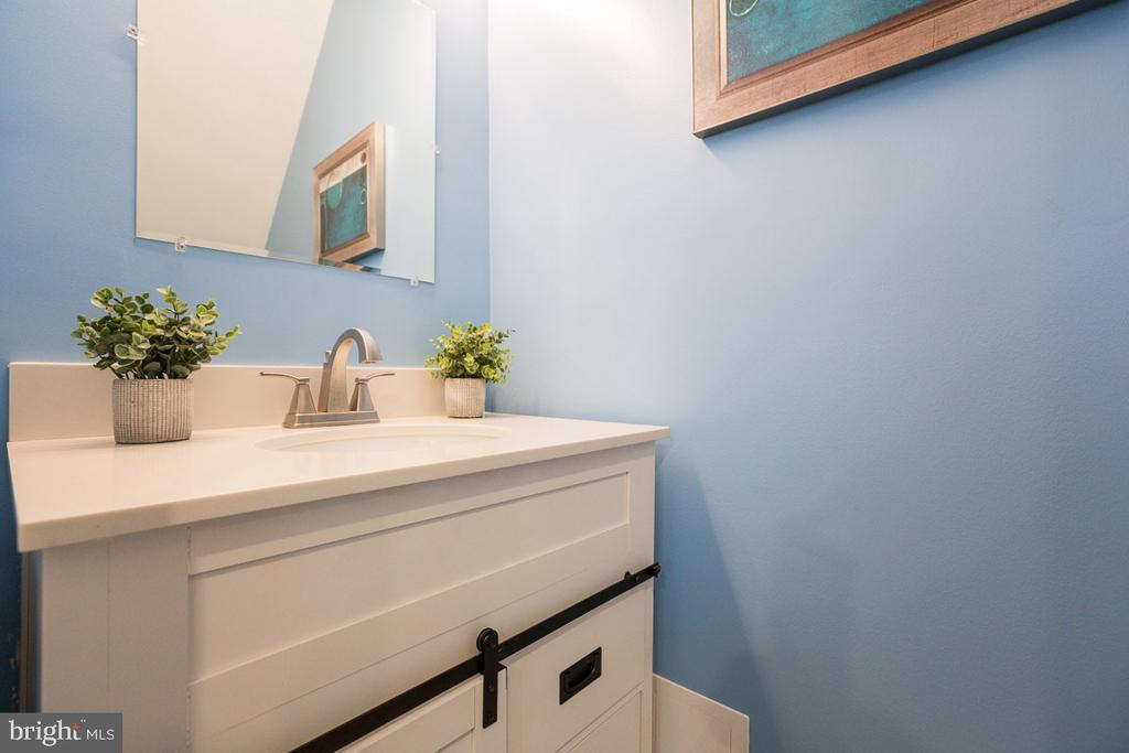 First floor half bath - 4424 HUNT PL NE, WASHINGTON