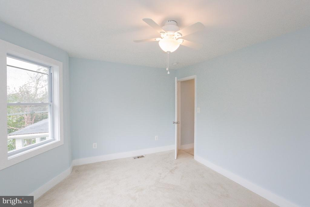 Big, beautiful and bright bedroom - 4424 HUNT PL NE, WASHINGTON