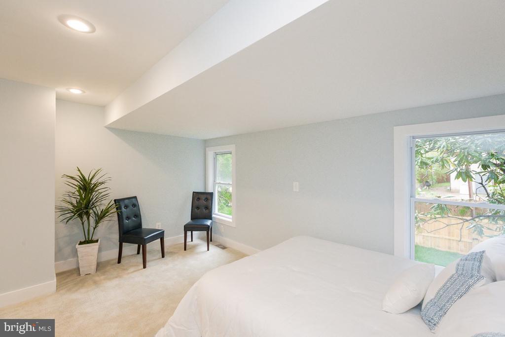 Massive master bedroom with sitting area - 4424 HUNT PL NE, WASHINGTON