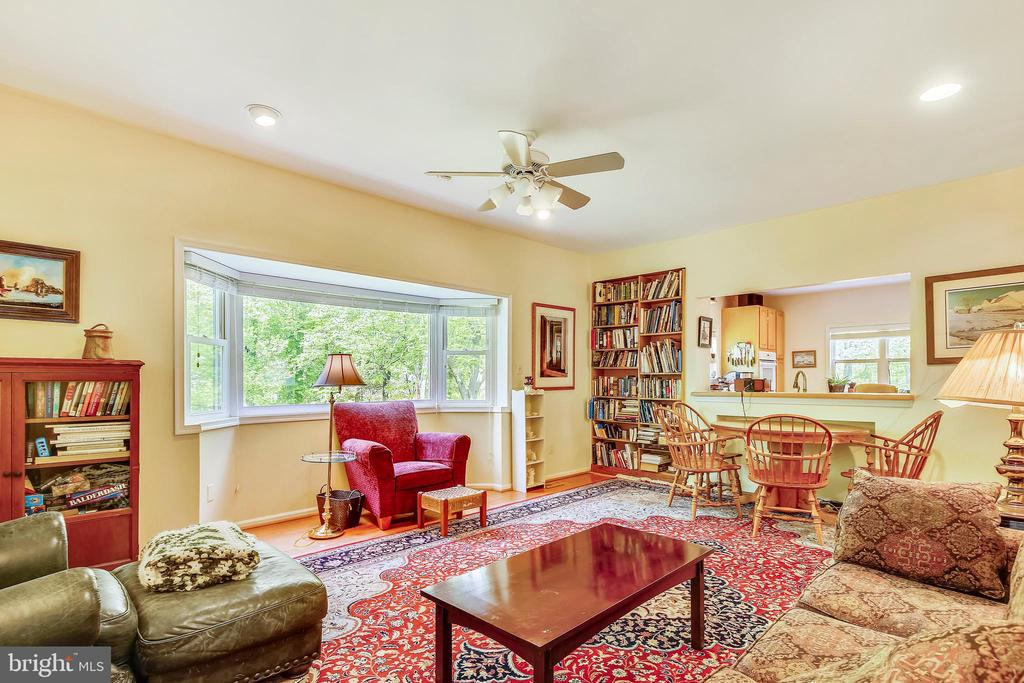 spacious family room - 3200 GLENWOOD PL, FALLS CHURCH