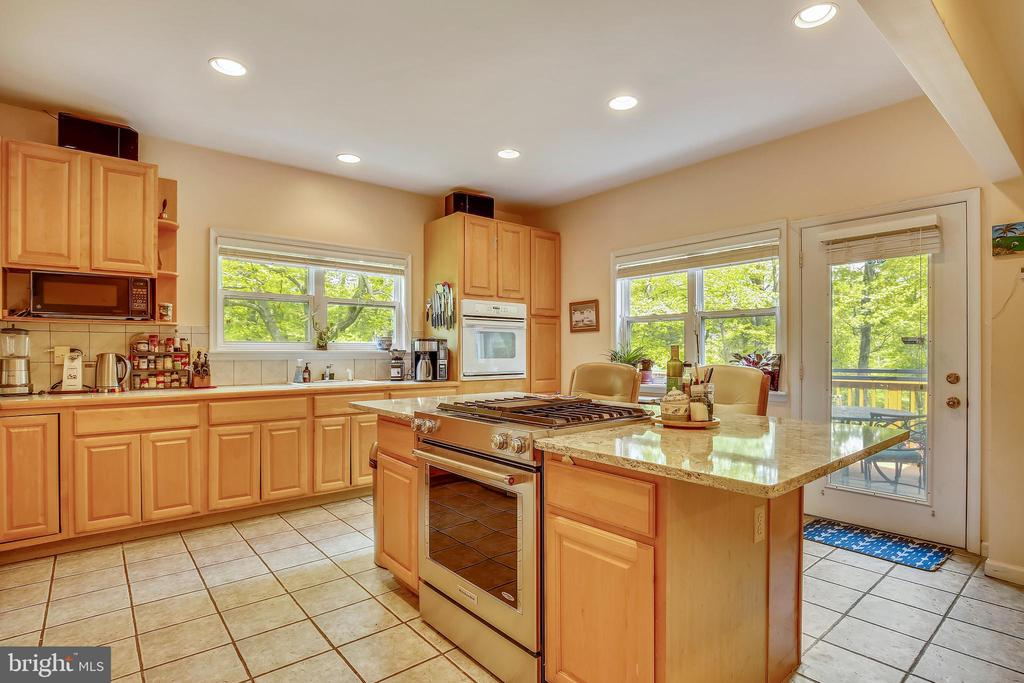 two sinks and two ovens! - 3200 GLENWOOD PL, FALLS CHURCH