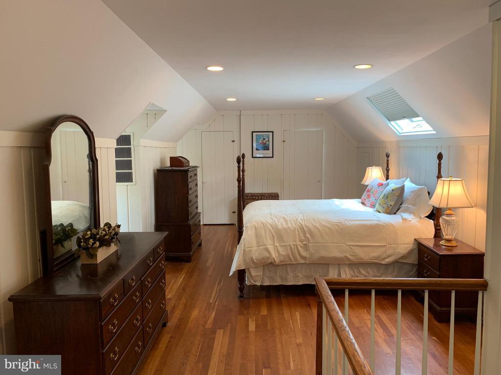 Light filled spacious Master Bedroom - 876 N KENSINGTON ST, ARLINGTON