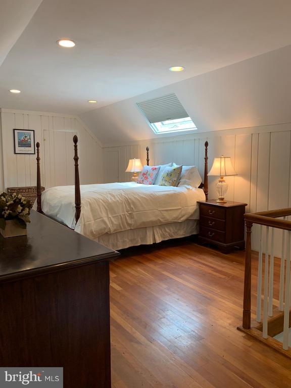 Sunny Master Bedroom - 876 N KENSINGTON ST, ARLINGTON
