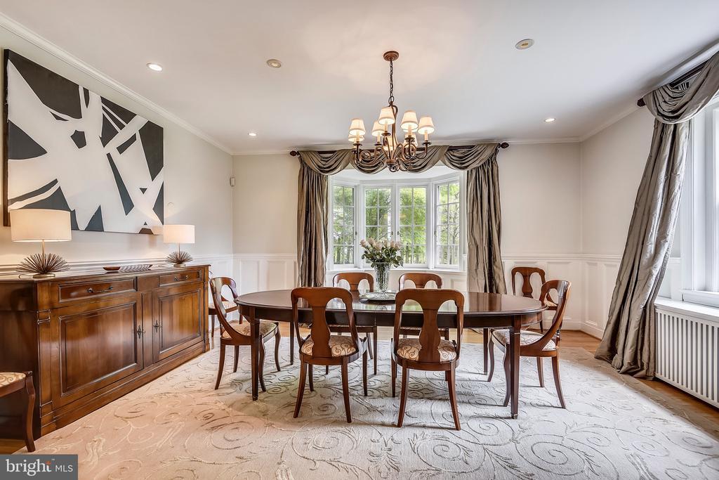 Dining room with raised paneled walls - 104 TUNBRIDGE RD, BALTIMORE
