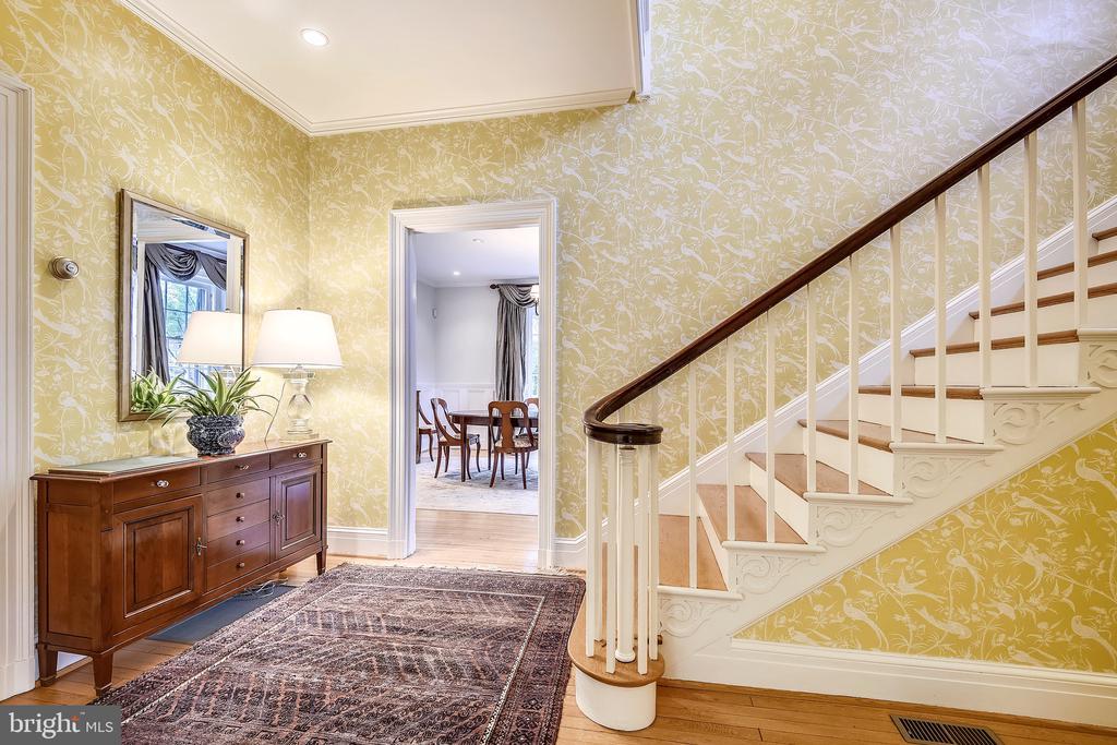 Wrap around staircase - 104 TUNBRIDGE RD, BALTIMORE