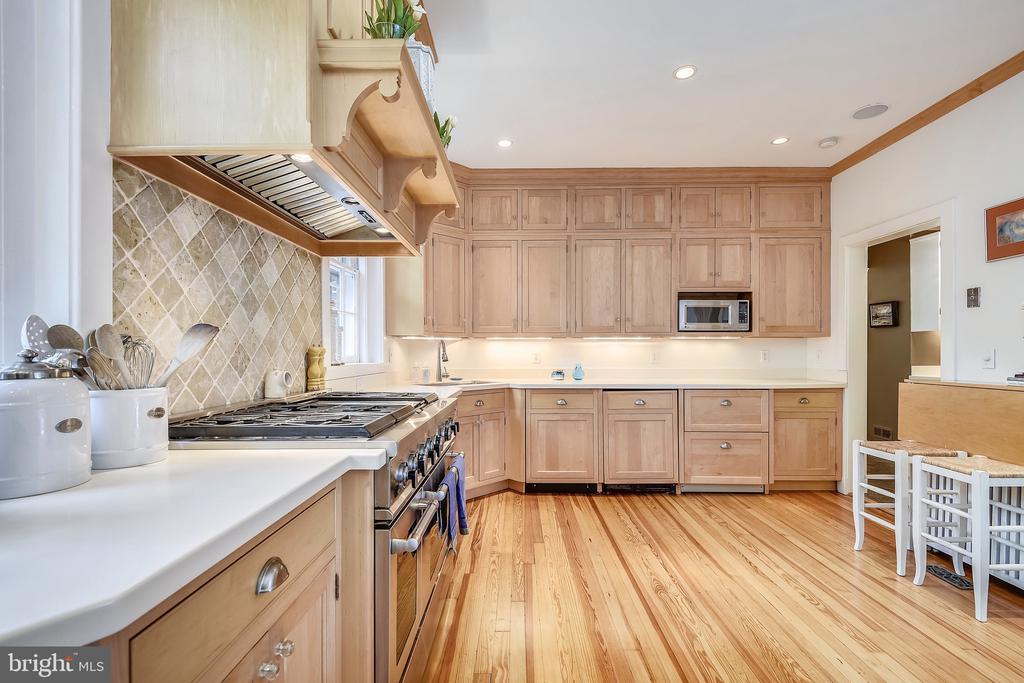 Custom cabinetry & high end appliances - 104 TUNBRIDGE RD, BALTIMORE