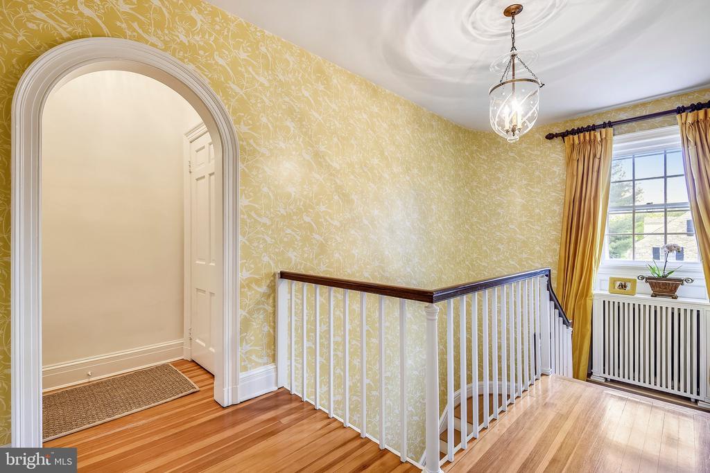 Pendant light in grand foyer - 104 TUNBRIDGE RD, BALTIMORE