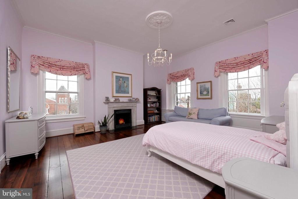 A bright bedroom with original hardwood floors - 209 S SAINT ASAPH ST, ALEXANDRIA