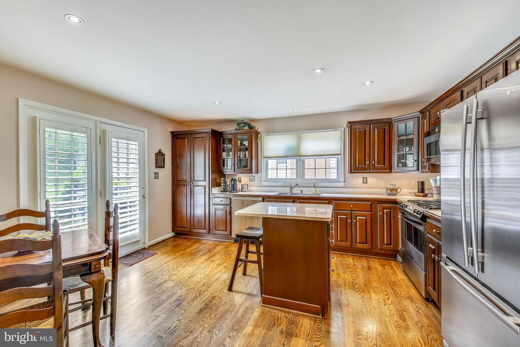 Table Space Kitchen with walk-out to the rear deck - 1410 WOODSIDE PKWY, SILVER SPRING