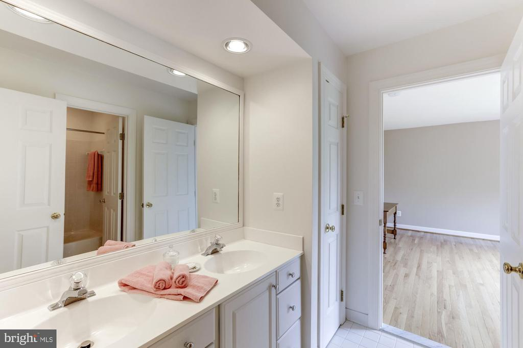 Jack and Jill Bath - 11696 CARSON OVERLOOK CT, HERNDON