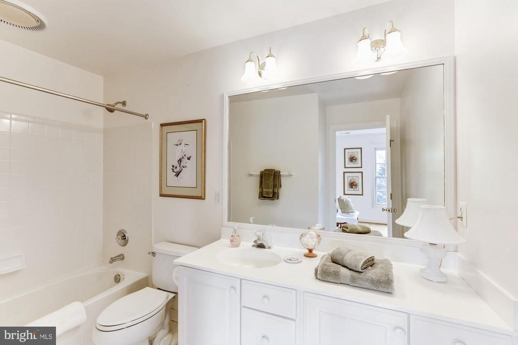 En suite Upper Level Bath - 11696 CARSON OVERLOOK CT, HERNDON