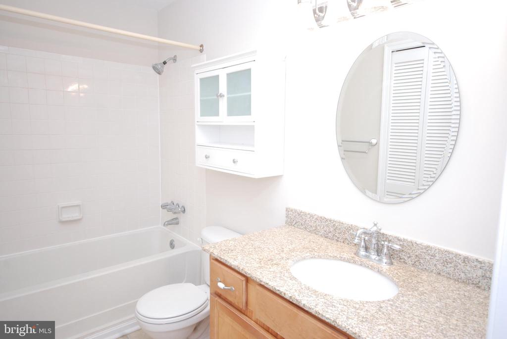 Full bath is lovely.  An extra cabinet.. Yea! - 3176 SUMMIT SQUARE DR #4-B7, OAKTON