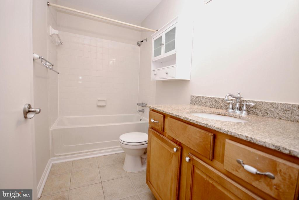 Soaking tub and shower combo is wonderful - 3176 SUMMIT SQUARE DR #4-B7, OAKTON