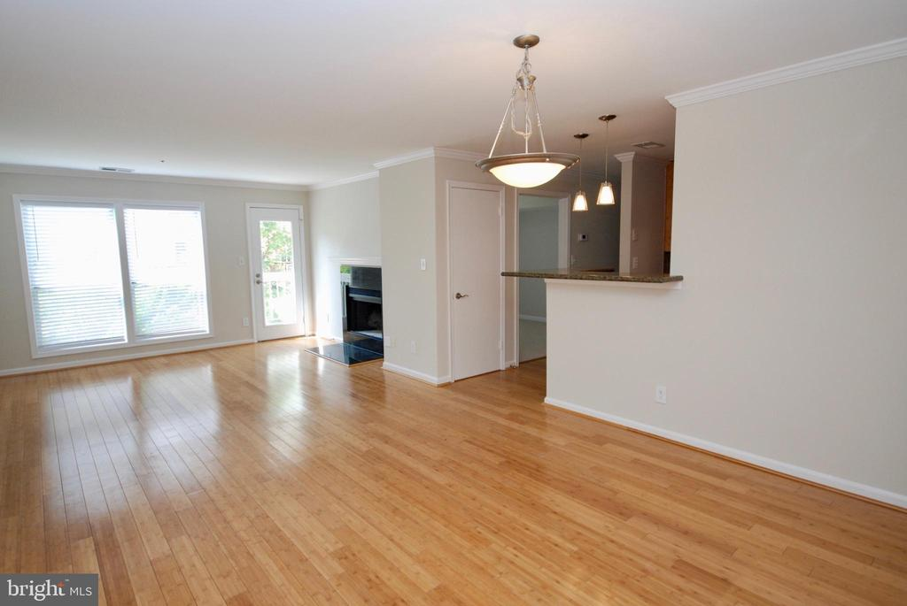 Gorgeous bamboo floors in living/dining areas - 3176 SUMMIT SQUARE DR #4-B7, OAKTON