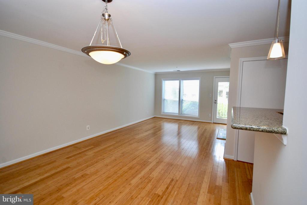 Cute and updated chandelier in dining area - 3176 SUMMIT SQUARE DR #4-B7, OAKTON