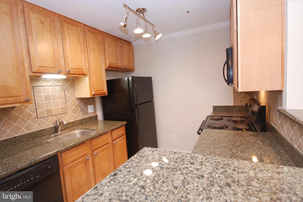 Lots of light and so much storage! - 3176 SUMMIT SQUARE DR #4-B7, OAKTON