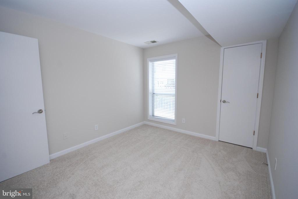 Nice size window and closet add to this room - 3176 SUMMIT SQUARE DR #4-B7, OAKTON