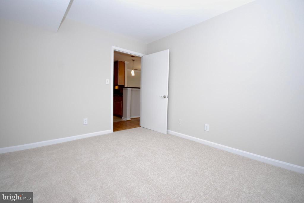 Another view of the 2nd bedroom - 3176 SUMMIT SQUARE DR #4-B7, OAKTON
