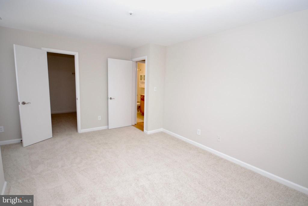 Huge walk in closet in the master bedroom! - 3176 SUMMIT SQUARE DR #4-B7, OAKTON