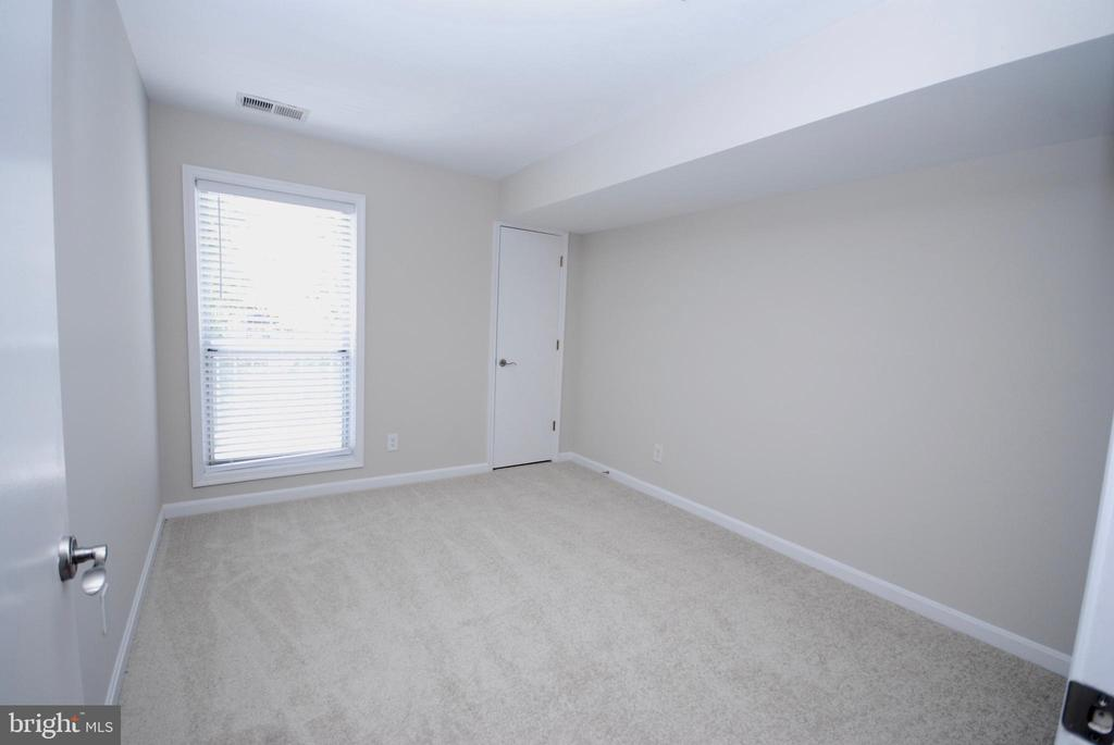 This bedroom is carpeted and a great size - 3176 SUMMIT SQUARE DR #4-B7, OAKTON