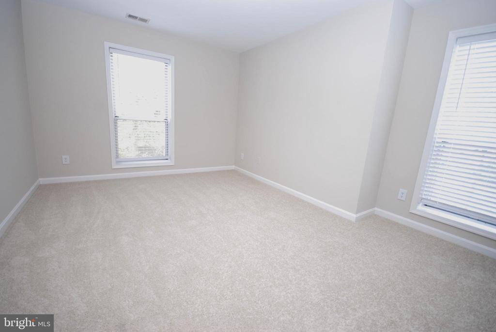 Master bedroom has 2 windows! - 3176 SUMMIT SQUARE DR #4-B7, OAKTON