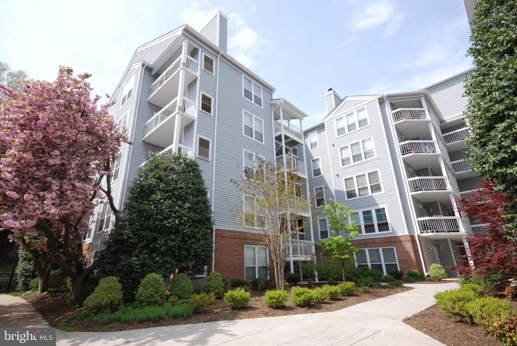 This building has an elevator for convenience - 3176 SUMMIT SQUARE DR #4-B7, OAKTON