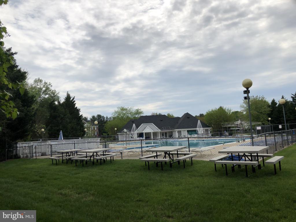 Gorgeous seasonal community pool - 12904 CHALKSTONE CT, FAIRFAX