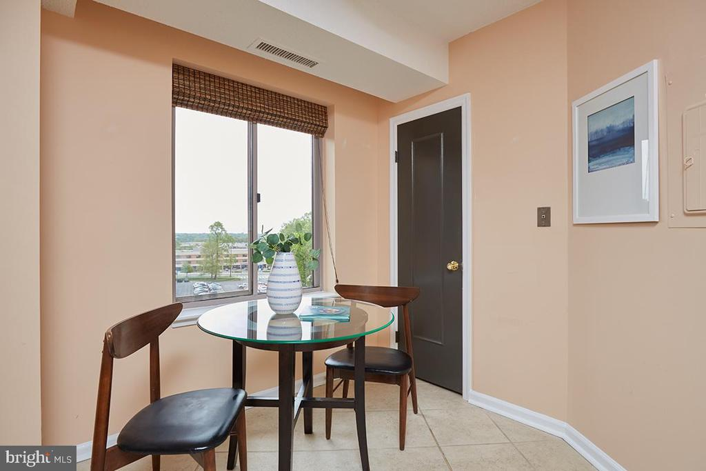 TABLE SPACE KIT WITH WINDOW - 5800 NICHOLSON LN #1-907, ROCKVILLE