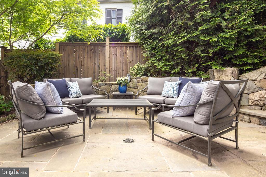 Cozy intimate outdoor spaces with stone walls - 3216 N ABINGDON ST, ARLINGTON