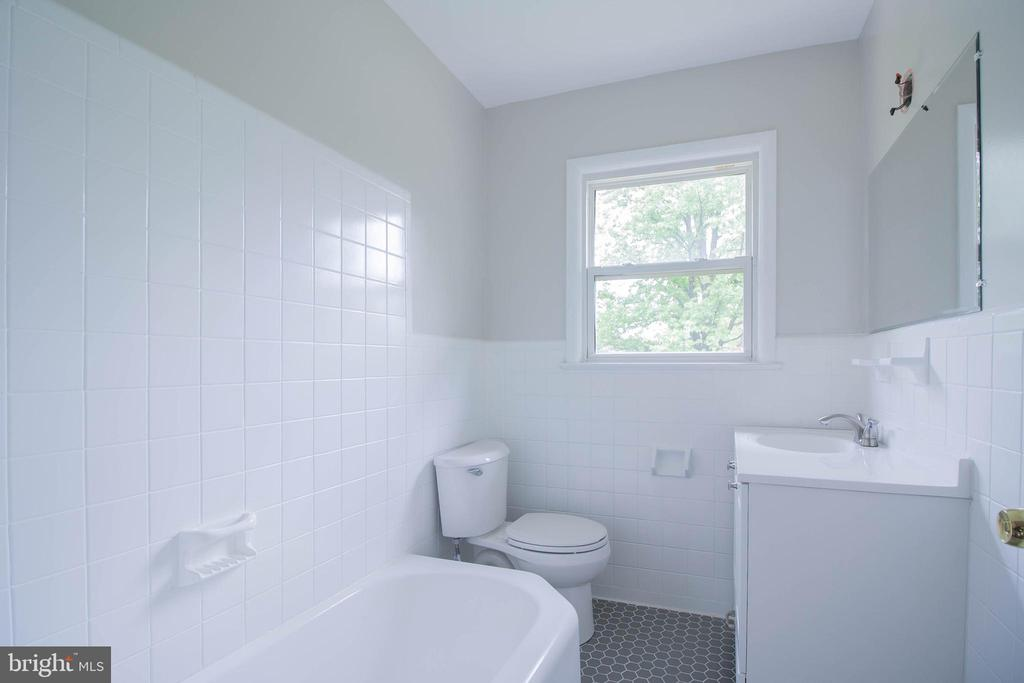 Main Level , Updated Full Bathroom - 114 68TH PL, CAPITOL HEIGHTS