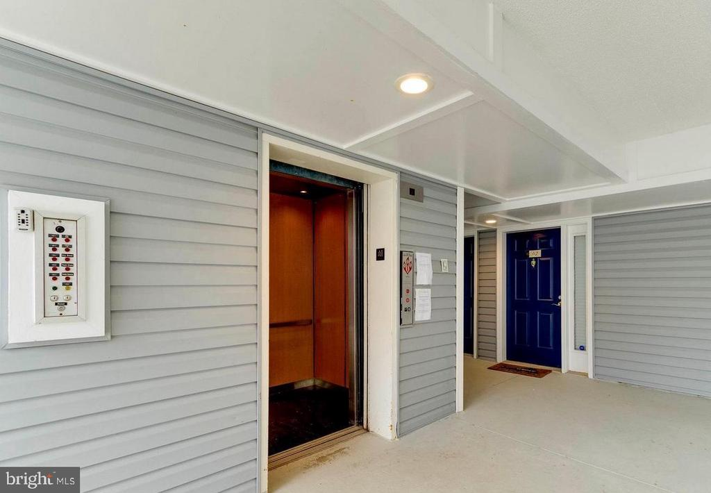 Elevator to 2nd floor please!!! - 3176 SUMMIT SQUARE DR #4-B7, OAKTON