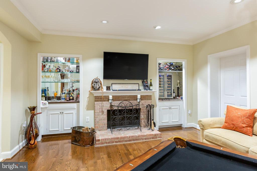 Family room with wet bar - 2369 S QUEEN ST, ARLINGTON