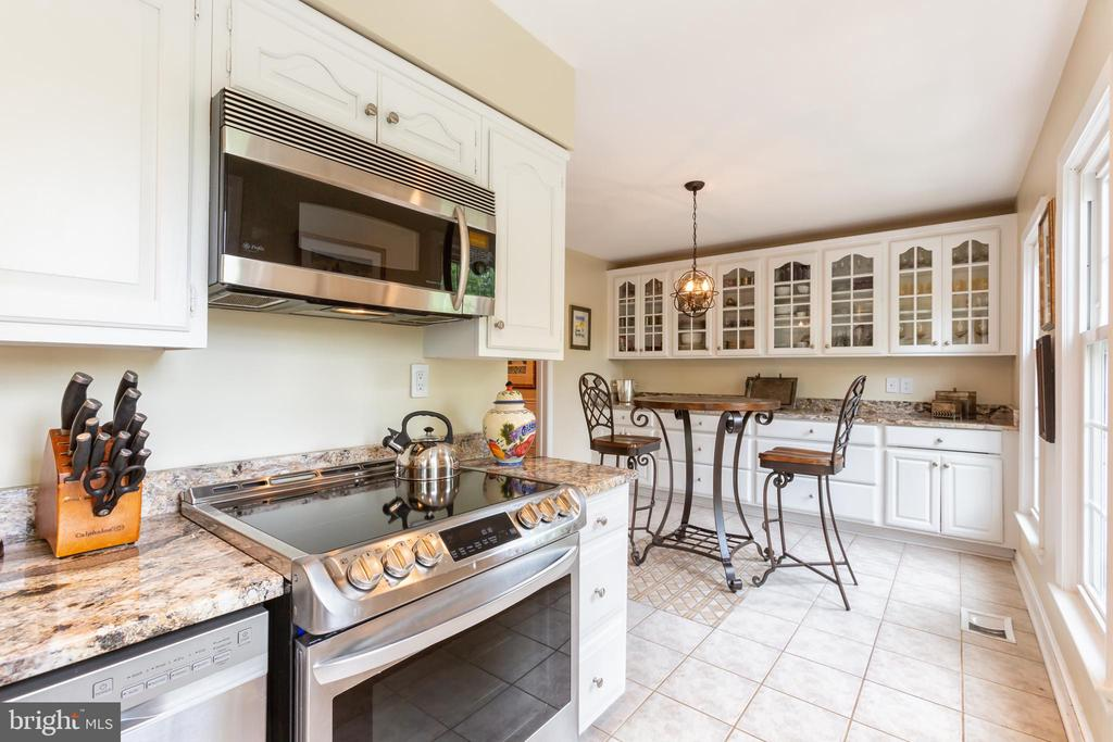 Updated kitchen with Breakfast Room beyond - 2369 S QUEEN ST, ARLINGTON
