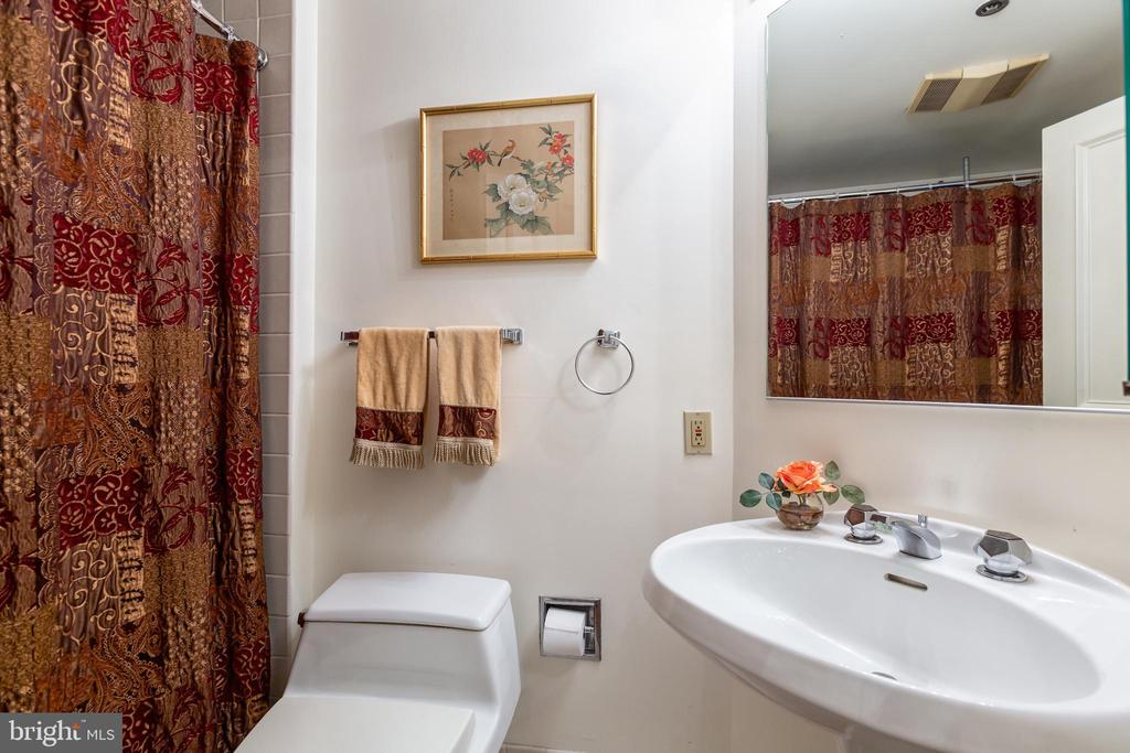 Guest Bathroom - 1200 CRYSTAL DRIVE #1413-1414, ARLINGTON