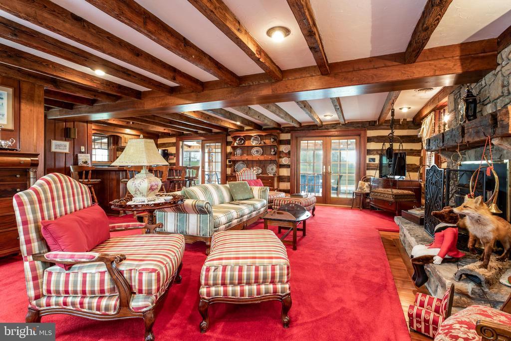 Living Room + Kitchen with Breakfast Bar - 4 WINDSOR LODGE LN, FLINT HILL