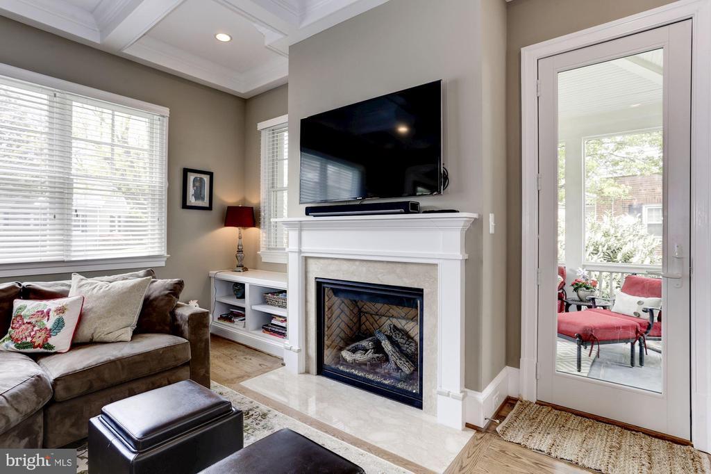 Cozy gas fireplace with built-n - 405 N HIGHLAND ST, ARLINGTON